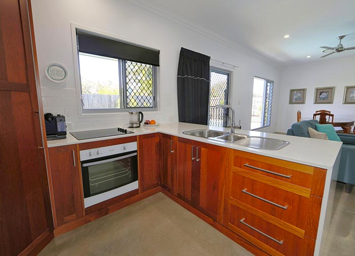 2 bedroom Pool View - Bargara - kitchen